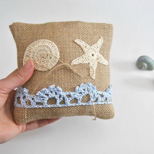 Per la stagione calda cuscini in iuta con decorazioni marine