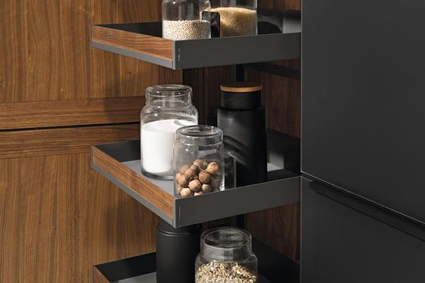 Per sfruttare ogni angolo anche in cucina Team 7, specializzato in mobili e complementi d'arredo in puro legno naturale, ha presentato i pratici sistemi di organizzazione interna per gli armadi