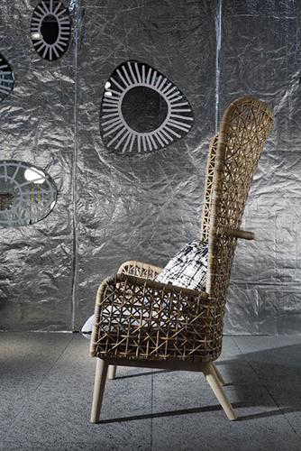 """<em>Inout 630</em> di <a href=""""http://www.gervasoni1882.it/it)"""">Gervasoni</a>. Il design della seduta intrecciata a mano in kubu rattan naturale è di Paola Navone (nella foto di apertura il divano <em>Inout 629</em>)"""