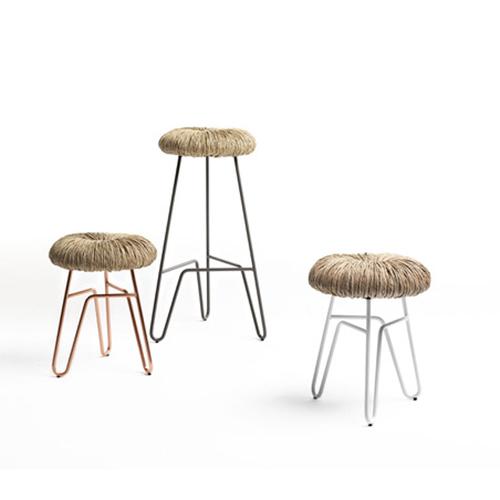 """La corda in paglia, riprendendo la tradizione degli impagliatori, disegna la struttura della seduta degli sgabelli e delle sedie Donut di <a href=""""http://www.mogg.it/"""">Mogg</a>"""