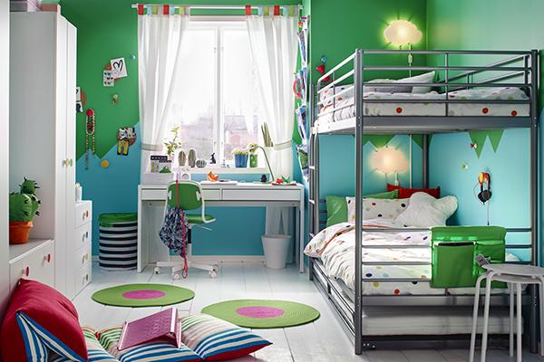 """Oltre all'adeguata illuminazione (da sinistra per destrimani e da destra per mancini), anche la posizione della scrivania è molto importante.Le autrici invitano a utilizzare l'area sotto la finestra, unluogo pocosfruttato ma molto funzionale perché permette di godere al meglio della luce naturale (in foto un'ambientazione<a href=""""http://www.ikea.com/"""">Ikea</a>)"""