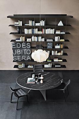 """La libreria componibile <em>Graduate</em> di <a href=""""http://www.molteni.it"""">Molteni&C</a> compie quest'anno 15 anni. <a href=""""http://design.repubblica.it/2016/10/20/jean-nouvel-i-miei-mobili-sono-architetture/"""">Jean Nouvel</a> ha progettato una leggera struttura sospesa: un'unica mensola è ancorata a parete (oppure al soffitto) al quale sono agganciati dei montanti metallici con tacche graduate (da qui il nome) per il posizionamento dei ripiani sostenuti da ganci invisibili. Per cambiare volto tutte le volte che si vuole al proprio living senza  la necessità di spostare o cambiare i mobili"""