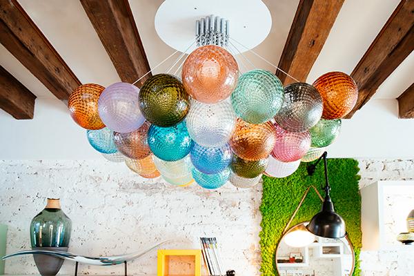 Le texture classiche dei lampadari veneziani abbinate a un design contemporaneo: è <em>Dear past, thank you for the lessons</em> il percorso da ammirare al Commerciale Oball.due