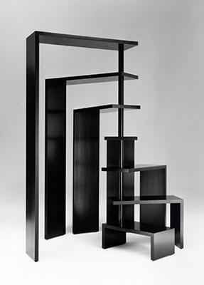 Realizzato per Zanotta nel 1989, il mobile a ripiani Joy è libreria e scrivania allo stesso tempo. I ripiani rotanti, che creano una sorta di scala a chiocciola, sono componibili