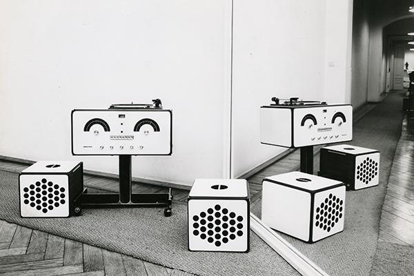 Nel 1965, Achille e Pier Giacomo Castiglioni progettano il radiofonografo Brionvega RR126. Le due casse creano varie configurazioni: possono essere poste sopra al giradischi per ascoltare la radio oppure fissate ai lati o anche allontanate per aumentare l'effetto stereofonico