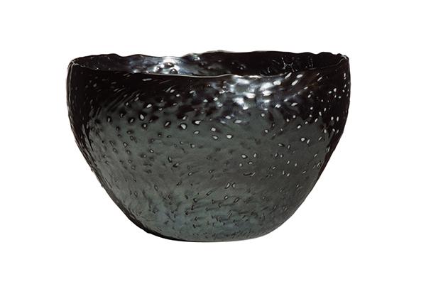 """<a href=""""http://design.repubblica.it/2018/09/06/la-pelle-del-vetro-di-carlo-scarpa/#1""""><em>Le pelle del vetro. Carlo Scarpa alla Venini 1936-1942</em></a> è ospite del negozio Olivetti in piazza San Marco. Quindici preziosi oggetti mettono in luce l'attenzione che l'architetto dedica alle superfici (in foto il vaso <em>Granulare</em>, 1940, H 13 cm, collezione privata)"""