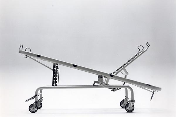 Il letto per ospedale TR15 Omsa, vincitore del Compasso d'oro nel 1973, è stato realizzato dai Castiglioni con l'ausilio dell'architetto Pozzi e del traumatologo Zerbi. La struttura mobile integra ai tubi una rete inclinabile nello schienale