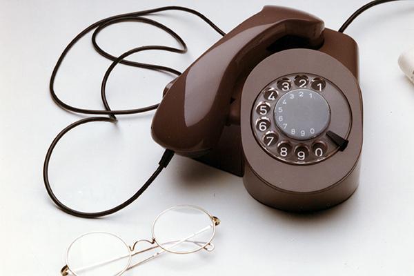 Castiglioni progetta con Paolo Ferrari un telefono in materiale termoplastico per il concorso Sit Siemens nel 1977. Il prototipo è multifunzionale: le dimensioni ridotte lo rendono facilmente manovrabile. Il combinatore è disponibile sia a disco che a tastiera
