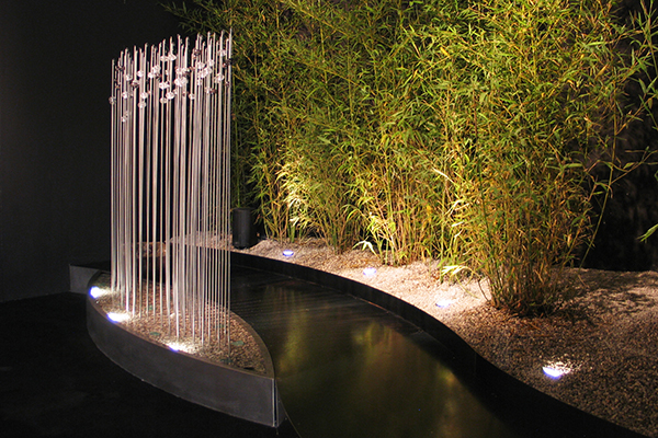 Disegnata dall'architetto Simona Marta Favrin e realizzata da Forme d'Acqua, <em>Luxury</em> è una fontana che esalta l'incontro dell'acqua con il vetro. Da visitare a Palazzo Querini