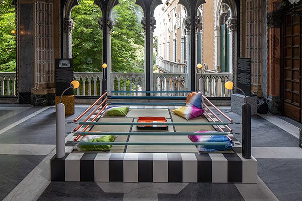 """Fondazione Berengo ospita a Palazzo Franchetti <em>MEMPHIS - Plastic Field</em>. L'esposizione offre al pubblico una selezione delle opere più celebri del collettivo, da quelle di <a href=""""http://design.repubblica.it/2017/09/14/centanni-di-sottsass-pensiero-libero-il-suo-progetto/"""">Sottsass</a> si possono poi ammirare i lavori firmati Zanini, De Lucchi, Zanuso Jr, Bley, Bedin, Mendini, Mariscal, Kuramata, Cibic, Graves e Iosa Ghini, accanto a ceramiche di Thun, Taylor, Umeda, Sowden e Sanchez, argenti di Shire e Branzi e ai tappeti di Du Pasquier"""