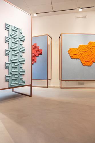 La collezione  <em>Rilievi</em> riflette il percorso di ricerca nell'ambito della trasformazione del segno bidimensionale in volume che Enrica Cavarzan & Marco Zavagno portano avanti da tempo