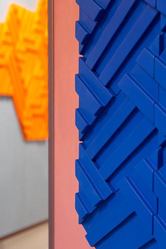 «Volevamo sfruttare la potenzialità della ceramica per animare gli spazi giocando su scala e ripetizione del modulo», spiegano gli Zaven, «e per questo abbiamo disegnato tre diversi moduli che possono essere configurati in infinite combinazioni conferendo volume e profondità alle superfici»