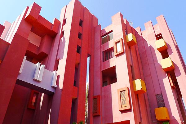 "Alicante, Spagna - <em>Muralla Roja</em> di Ricardo Bofill.Peraffittarla su Airbnb cliccare <a href=""https://www.airbnb.it/rooms/16957748"">qui</a> (foto Airbnb)"