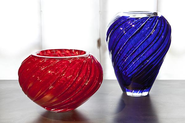 """Al Museo del Vetro è in programma <a href=""""http://design.repubblica.it/2018/09/10/mario-bellini-a-murano/#1""""><em>Mario Bellini a Murano. L'architettura del vetro. Il vetro dell'architettura</em></a>, una mostra che approfondisce le opere in vetro del maestro passando dai vasi (come <em>Canneti</em> per Venini, in foto) ai progetti in grande scala tra cui le pareti e la copertura del Dipartimento delle arti islamiche al Louvre di Parigi"""