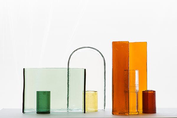 Disegnata dal duo francese Ronan e Erwan Bouroullec, <em>Alcova</em> è una collezione di forme geometriche in vetro, prodotte artigianalmente, che possono essere allestite singolarmente o in gruppo. È esposta alla Galleria Giorgio Mastinu (foto Claire Lavabre)