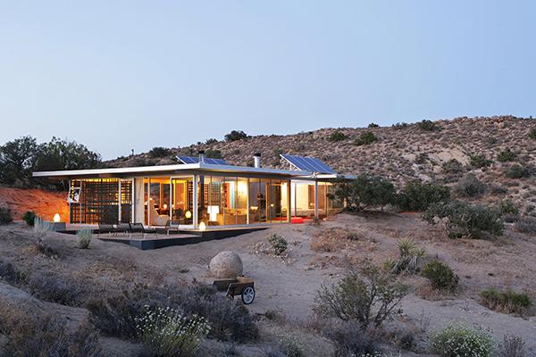 "Pioneertown, California, Stati Uniti - <em>Off-grid itHouse</em> di Taalman Koch.Peraffittarla su Airbnb cliccare <a href=""http://https://www.airbnb.it/rooms/19606"">qui</a> (foto Airbnb)"