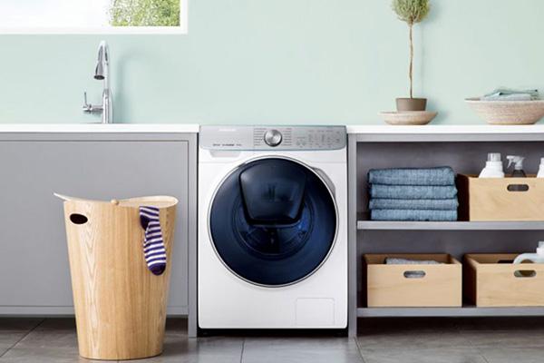 """Garantisce gli stessi risultati di un ciclo regolare ma in tempi più brevi. È <em>QuickDrive</em> di <a href=""""http://www.samsung.com"""">Samsung</a>, la lavatrice che, grazie al nuovo cestello a doppio movimento, muove i capi in modo dinamico ottimizzando tutte le fasi del lavaggio (a partire da 1.698,63 euro)"""