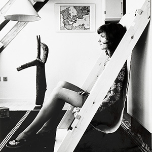 """Victor J. Papanek e James Hennessy """"Lean-To Chair"""", foto tratta da Nomadic Furniture 2, 1974 (© James Hennessy and University of Applied Arts Vienna, Victor J. Papanek Foundation)"""