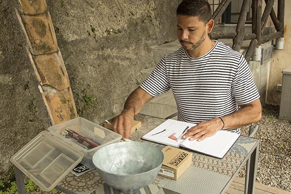 Reinaldo Sanguino ha lavorato accanto ai grandi maestri del tessuto, della pelletteria e della ceramica campani (foto Francesco Cavaliere)