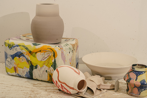Una collezione di vasi firmata da Reinaldo Sanguino, specializzato nella lavorazione della ceramica (foto Cole Wilson)