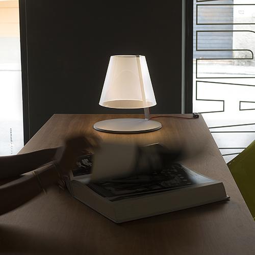 AMARCORD - Martinelli Luce; design: Adolini + Simonini -  La particolarità di questa lampada da tavolo a luce diffusa e a tecnologia Led è il materiale, metacrilato trasparente, che diventa opalino con la diffusione della luce <em>www.martinelliluce.it</em>