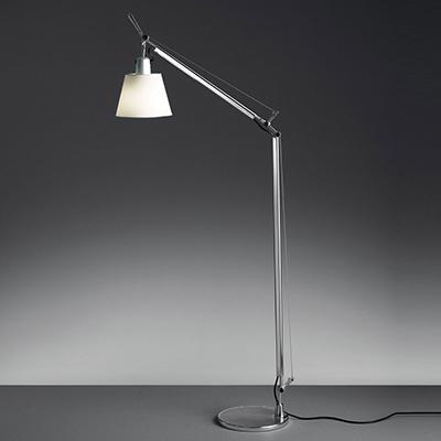 """Nella scelta della lampada scegliamone una regolabile che permettere dirigere il fascio di luce, come <em>Tolomeo</em> nella versione <em>Basculante lettura</em> di <a href=""""https://www.artemide.com/"""">Artemide</a>"""