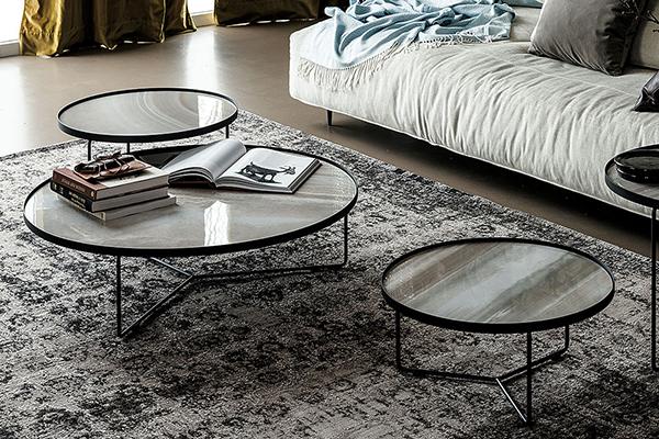 """Accanto alla seduta posizionate un <a href=""""http://design.repubblica.it/2016/10/03/coffee-table-15-idee-per-il-salotto/#1"""">coffee table</a>. È un funzionale piano su cui riporre libri, poggiare gli occhiali o una tisana calda. Da arricchire  con bel <a href=""""http://design.repubblica.it/2016/03/07/vasi-arredare-con-i-fiori/"""">vaso di fiori freschi</a> (in foto <em>Billy Keramik</em> di <a href=""""https://www.cattelanitalia.com/"""">Cattelan Italia</a>)"""