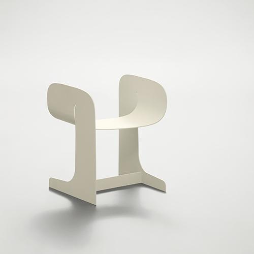 CHARLIE -  Angeletti Ruzza Design - Sedia in metallo curvato, un mobile che va incontro all'esigenza contemporanea di arredi da interno che all'occorrenza possono essere usati anche outdoor <em>www.daaitalia.com</em>