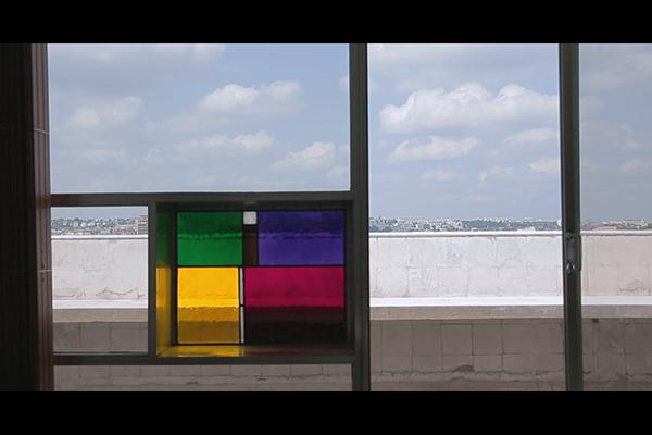 <em>Chez Le Courbusier</em> di Olivier Lemaire - È precisamente nel 1934 che Le Corbusier lascia il suo appartamento in rue Jacob a Parigi per trasferirsi negli ultimi due piani dell'Immeuble Molitor al civico 24 di rue Nungesser-et-Coli nel quartiere di Boulogne, progettati con un gesto architettonico rivoluzionario. Questo appartamento-duplex rappresenta la matrice di tutto il suo lavoro, il luogo del laboratorio dove vivrà fino alla sua morte, nel 1965, e dove sperimenterà le sue riflessioni sull'architettura. In occasione del restauro dell'appartamento e dell'atelier di Le Corbusier, questo film si propone di esplorare il lavoro dell'architetto per capirne più approfonditamente il contributo artistico, il genio. La storia intreccia sequenze girate sul sito e documenti di archivi che mostrano i diversi aspetti dell'appartamento e le diverse fasi di costruzione. Accanto a queste sequenze le interviste ai più brillanti esperti delle operazioni di restauro che hanno operato direttamente sull'edificio