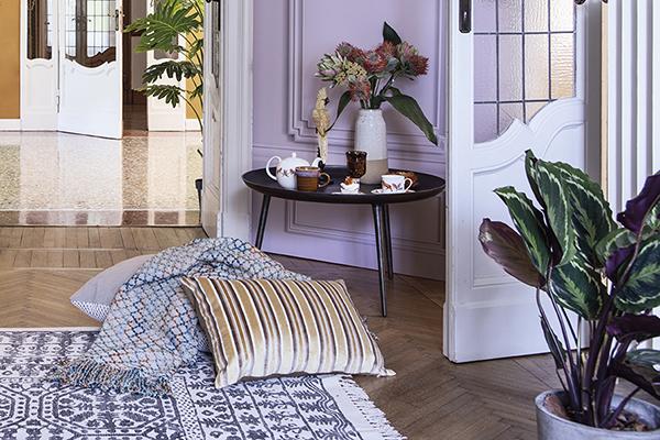 """Comodi e grandi cuscini sul pavimento consentono una postazione mobile da spostare nel giardino o sul balcone quando le belle giornate lo permettono (in foto un'ambientazione <a href=""""http://www.coincasa.it"""">Coincasa</a>)"""