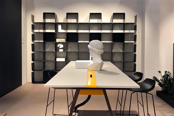"""<em>T-Share</em>è il tavolo di<a href=""""http://www.dieffebi.com/it/"""">Dieffebi</a>progettatosul principio della condivisione e dello<i>smart working</i>"""