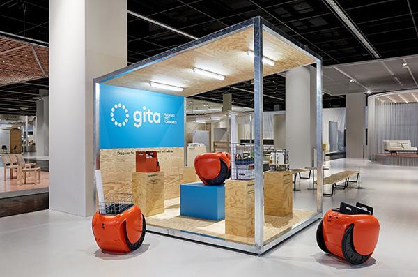 """<a href=""""https://www.piaggiofastforward.com/"""">Piaggio Fast Forward</a> e <a href=""""https://www.vitra.com/"""">Vitra</a>hanno sviluppato una nuova versione di <em>Gita</em>, il robot mobile per il trasporto di piccoli oggetti. Cinque nuovi accessori permetteranno ad esempio di archiviare e organizzare i materiali otrasformarequalsiasi angolo dell'ufficio in una sala riunioni"""