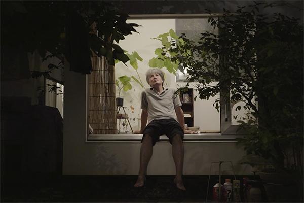 <em>Moriyama-san</em> di Ila Bêka e Louise Lemoine - Un'immersione di sette giorni nella straordinaria-ordinaria vita del signor Moriyama, l'abitante di una delle più famose opere architettoniche giapponesi contemporanee: casa Moriyama, costruita a Tokyo nel 2005 e progettata dal Premio Pritzker Ryue Nishizawa. Introdotto nell'intimità di un microcosmo che per sperimentazione ridefinisce il concetto di vita domestica, Ila Bêka racconta in maniera spontanea e personale i tratti unici e distintivi del proprietario. Un eremita urbano, appassionato di arte, musica e architettura che ha deciso di ritagliarsi una piccola oasi di pace e contemplazione nel cuore di Tokyo. Dalla musica noise ai film sperimentali, il film ci mette in contatto con le varie manifestazioni dello spirito libero del signor Moriyama