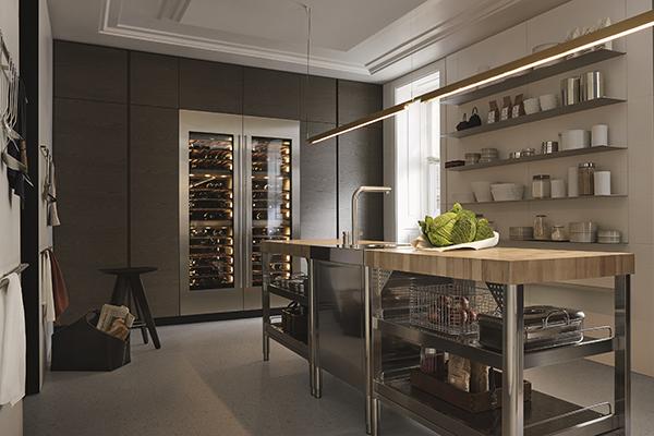 Per gli amanti delle bollicine, Trail, la cucina progettata da Carlo Colombo con il centro Ricerca&Design di Poliform. In rovere e acciaio, ha una cantina vini da 102 bottiglie
