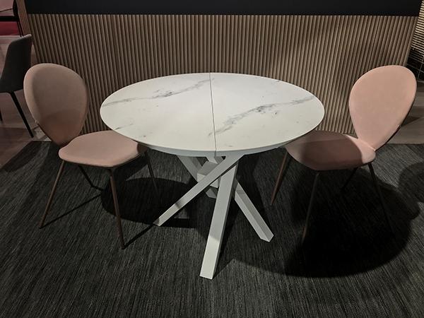 Round è il tavolo di Riflessi che parte da una base di un diametro di 100 centimetri e può variare lunghezza fino a  150 centimetri