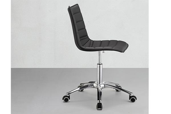 """<em>Zebra  Pop</em> è  la  sedia  girevole  su  ruote  disegnata  da  Luisa  Battaglia  per <a href=""""https://www.scabdesign.com"""">Scab</a>  che  viene  presenta  in  Germania con nuovi tessuti e impunture  orizzontali"""