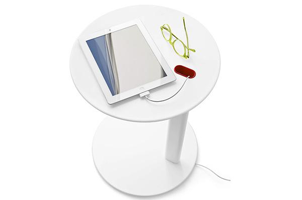 """Per chi preferisce leggere gli ebook il tavolino <em>Tender</em> di <a href=""""https://www.calligaris.com/it_it/"""">Calligaris</a> è dotato di passacavi integrato che permette di nascondere i cavi alla vista"""