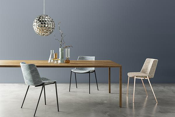 In vendita più di 300 tavoli e scrivanie di varie finiture e dimensioni tra cui Tense Material (nella foto)