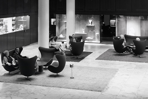 Zona salotto con copie della Egg-Chair di Arne Jacobsen (1957/58) in gruppi nella hall del SAS Royal, Hotel, Copenhagen, 1960 (© Strüwing Jørgen)