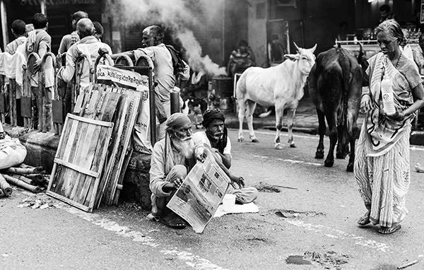 """Questa città prende i sensi e li rende spugne, spugne che ne escono imbevute di vita al punto da credere che il resto del mondo sia soltanto un soffio, mentre quella città è un grido (Corrado Peli, scrittore). """"Varanasi, la città della luce"""" (foto Paolo Balboni)"""