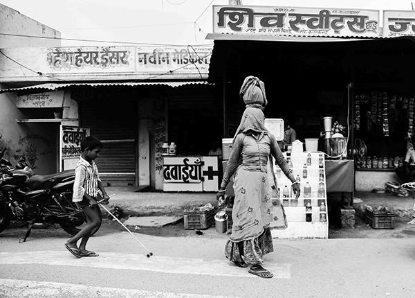 """Gli odori forti di un mercato, all'alba, che salgono a pungerti le narici guidandoti in un mare disordinato di bancarelle (Corrado Peli, scrittore). """"Varanasi, la città della luce"""" (foto Paolo Balboni)"""