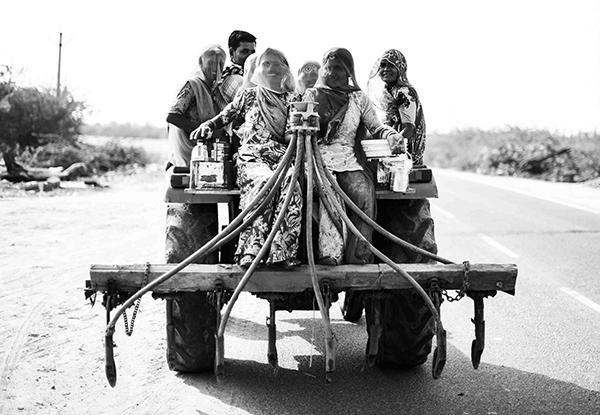 """Un milione di pellegrini la visita ogni anno e si crede che, chiunque muoia nel territorio compreso all'interno della Panch Koshi Road, una strada a Nord del fiume Varuna, passi direttamente al regno dei cieli, liberandosi dal ciclo delle rinascite (Corrado Peli, scrittore). """"Varanasi, la città della luce"""" (foto Paolo Balboni)"""