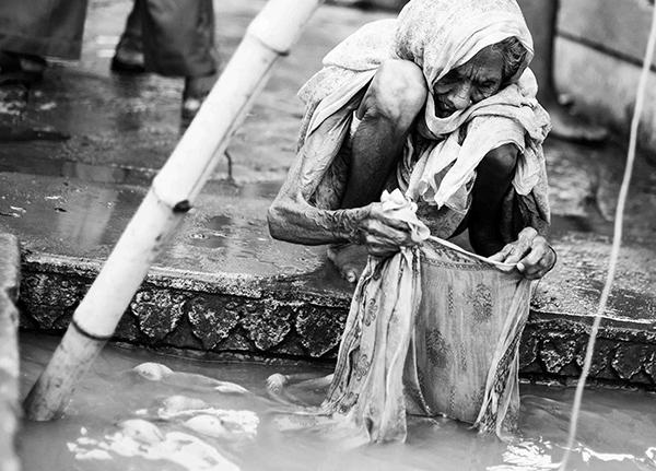 """Lungo le gradinate dei Ghat si incrociano vita e morte, povertà e ricchezza, infinita spiritualità (Corrado Peli, scrittore). """"Varanasi, la città della luce"""" (foto Paolo Balboni)"""