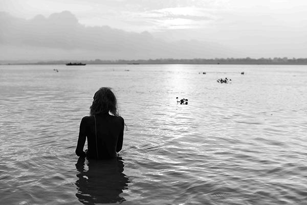 """Sono esposti in formato light box stampa su tela. Dimensioni 50x70, 70x100 e 2x1 metro. """"Varanasi, la città della luce"""" (foto Paolo Balboni)"""