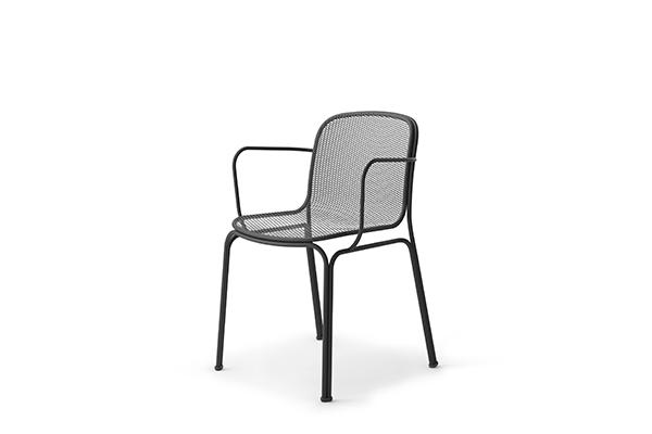 """<em>Villa</em> è il nuovo progetto firmato dal designer Jun Yasumoto per <a href=""""http://colos.it/"""">Colos</a>. Attraverso un sottile gioco di curve e raccordi, la scocca viene leggermente rialzata lateralmente dalle gambe donando così alla seduta ulteriore maneggevolezza"""
