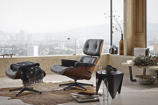 "La <em>Eames Lounge Chair</em> di <a href=""https://www.vitra.com/"">Vitra</a>, completata dal suo poggiapiedi <em>Ottoman</em>, è la più classica delle sedute dedicate al relax"