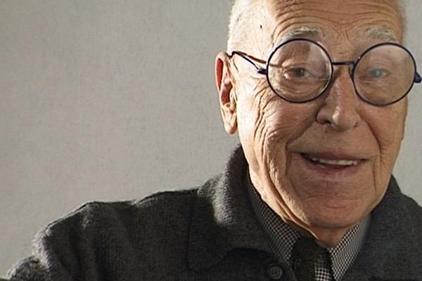 """<em>Achille Castiglioni.Tutto con un niente </em>di Valeria Parisi - Per raccontare un po' di Achille Castiglioni, a <a href=""""http://design.repubblica.it/2018/09/15/labirinto-castiglioni/#1"""">100 anni dalla nascita</a>, 3D produzioni realizza un documentario che ha per filo conduttore una lunga e in gran parte inedita intervista realizzata nel 1999 nel suo studio milanese di Piazza Castello. Circondato dai suoi oggetti e soprattutto da una grande quantità di giochi raccolti durante tutta una vita, Castiglioni si racconta con generosità e humor. Ciò che sorprende è la sua voglia di osservare criticamente la realtà, di trovare soluzioni inedite, di stupirsi e di stupirci. Lo vediamo con gli occhi divertiti e ridenti mentre spiega perché ha raccolto lattine vuote, bottiglie con il tappo a biglia, molle, occhiali di plastica per bambini. Il documentario ci porta poi a seguire una delle tante visite guidate in Fondazione al seguito della figlia Giovanna. E, tra gli altri, l'architetto Patricia Urquiola, sua allieva al Politecnico di Milano, che cura la mostra celebrativa in Triennale"""