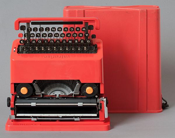 Ettore Sottsass jr., Carrozzeria e custodia, macchina da scrivere portatile Valentine, plastica rossa e metallo, 33 x 34,5 x 10,5 centimetri (carrozzeria) 34,5 x 35 x 12 (custodia) centimetri data di progettazione: 1968 data di realizzazione 1969