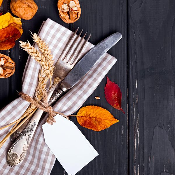 Un tovagliolo a quadretti, qualche foglia e un filo di canapa: sono gli ingredienti per una tavola originale e calorosa