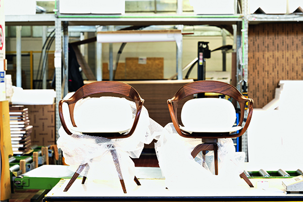 <em>Object to Project. Giorgetti Design since 1898</em> di Francesca Molteni - Un viaggio nella manifattura intelligente e nello storico distretto della Brianza, simbolo della capacità di fare cose belle che piacciono al mondo. Una narrazione che parte nel 1898, dalla bottega artigiana di Meda e che oggi, con i suoi 120 anni di storia, si diffonde nelle tante platee e città del mondo. La rilettura di ciò che è stato diventa il punto di partenza per riflettere sulle nuove fabbriche e sui processi digitali di oggi e di domani. Tradizione e innovazione, territorio e progetti, sfide e trasformazioni si intrecciano in una narrazione ricca di interviste che raccolgono le molte storie dei protagonisti, dentro e fuori il mondo dell'impresa. A iniziare da Carlo Giorgetti, nipote del fondatore Luigi, che imprime una nuova direzione all'azienda sbarcando in America già negli anni Trenta